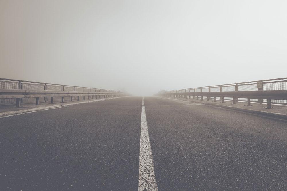 Autopista con niebla