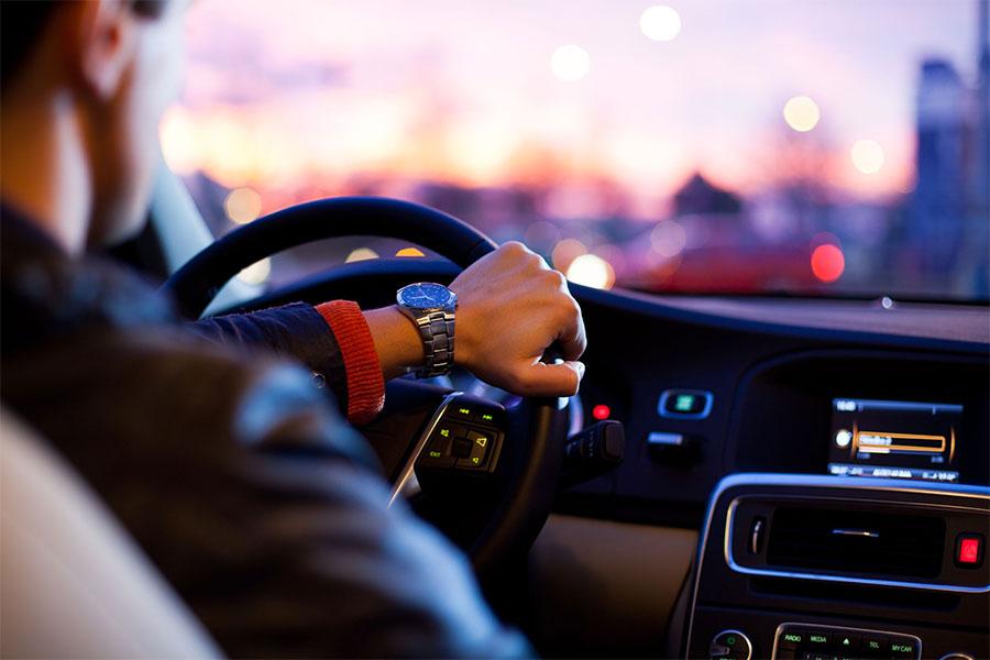 Trucos para conducir más seguros por la noche